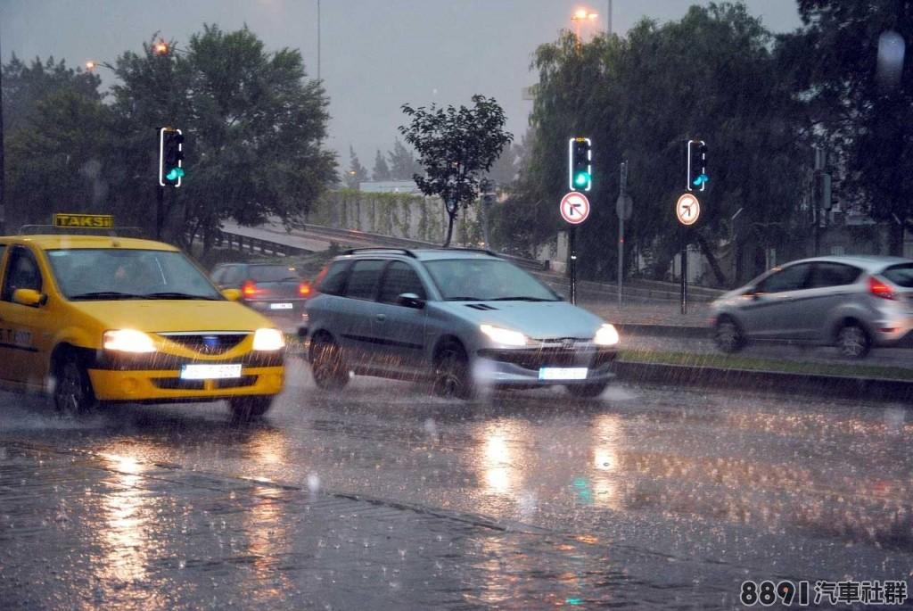 豪雨轟炸,若車子泡水該如何處理_1.jpg
