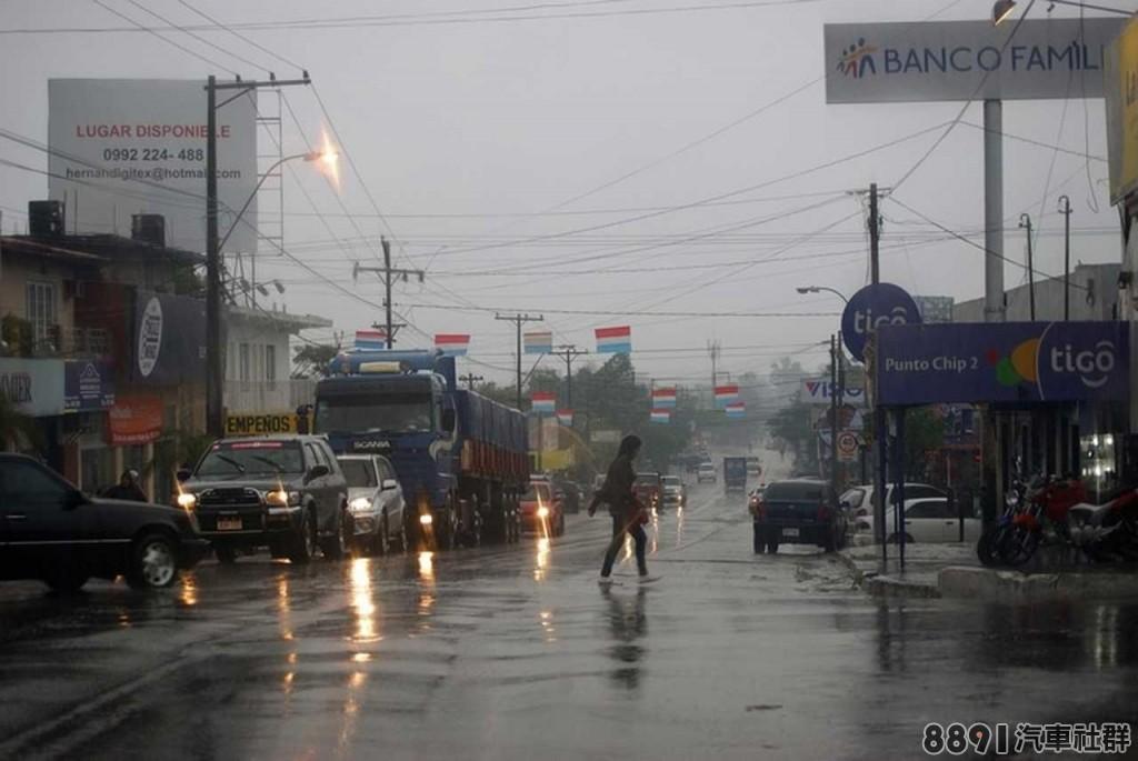 豪雨轟炸,若車子泡水該如何處理_2.jpg